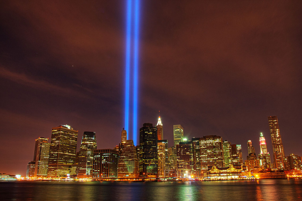 http://upload.wikimedia.org/wikipedia/commons/thumb/e/e7/Tribute_in_Light_memorial_on_September_11,_2010.jpg/1280px-Tribute_in_Light_memorial_on_September_11,_2010.jpg