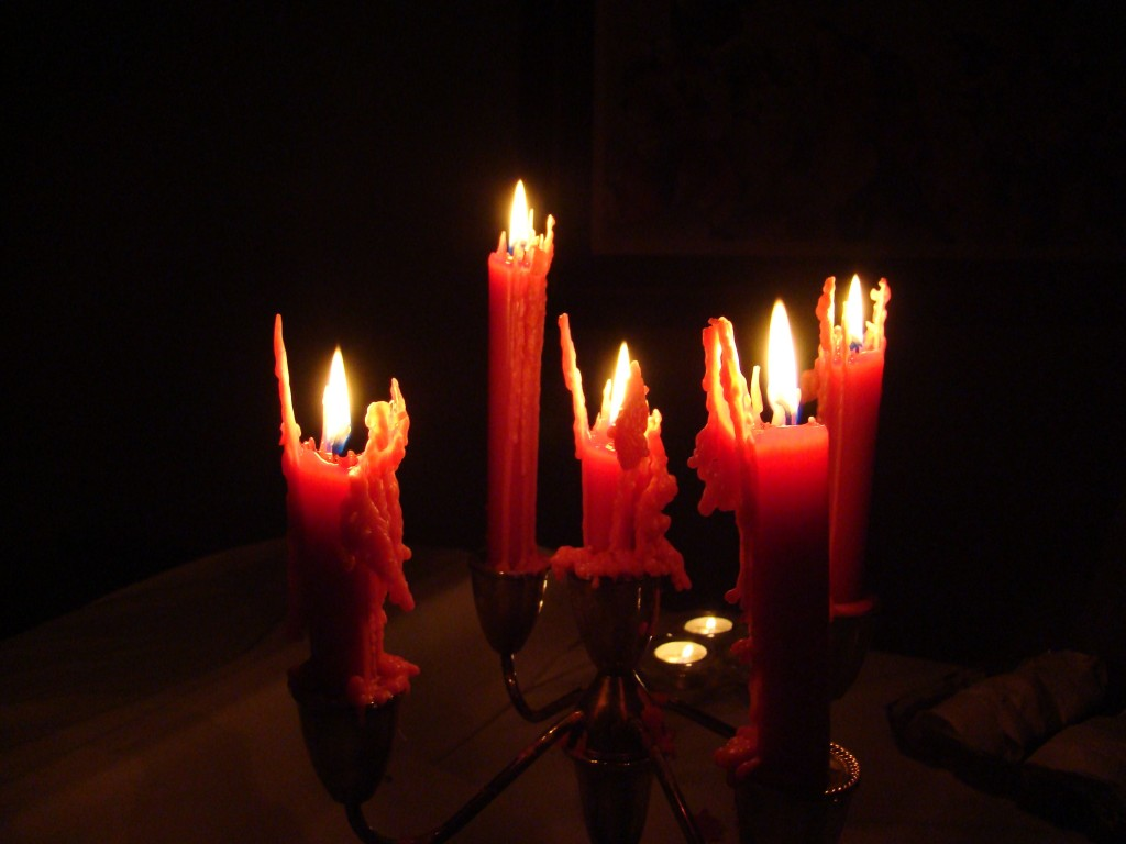 http://upload.wikimedia.org/wikipedia/commons/c/c6/Spooky_halloween_candles_in_dark.jpg