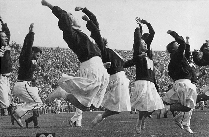 https://upload.wikimedia.org/wikipedia/commons/9/97/Early_women_cheerleaders_at_UW_Madison_%282246608893%29.jpg