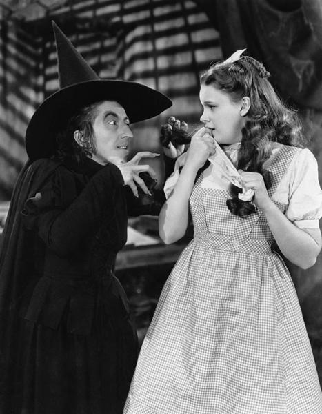 https://upload.wikimedia.org/wikipedia/commons/0/0b/The_Wizard_of_Oz_Margaret_Hamilton_Judy_Garland_1939.jpg